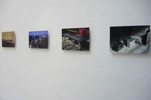 Jeremy EDWARDS – photographies : « Sièges : Barcelone », 1999 ; « Rampe d'escalier : Barcelone », 1999 ; « Table : Coppenhague », 1997 ; « Système modulaire : Paris », 1997