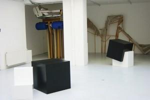 Mathieu MERCIER, « Black box in a White Cube », 2002 Romain PELLAS, « Radeau haut », 2002, bois, carton, métal et plastique, 280 x 160 x 145 cm