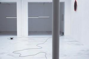 Frédéric NOGRAY, sans titre, 2004, haut-parleurs et supports vierges / François MORELLET, « Deux lignes de tirets interférents », 1971, néons blancs, 2 clignoteurs, 4 éléments de 10 x 1,5 cm / Philippe DECRAUZAT