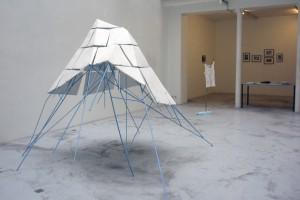 Bernhard WALTER, « Der Berg bewegt sich nicht (La montagne ne bouge pas) », 2006, céramique, métal, dimensions variables / Claudia WIESER, sans titre, 2006, dessins sur gravure, dimensions variées.