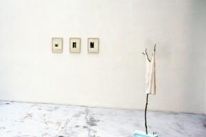 Michael SCHULTZE, sans titre, 2006, collages / Rolf GRAF, « Liebchen », impression sur tissu, branches, polystyrène