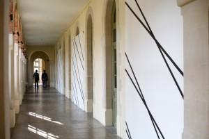 FRANÇOIS MORELLET, « 1 trame 30°, 1 trame 40°. Intersections », 1977, adhésif sur panneaux de bois, 3 panneaux 325 x 370 cm