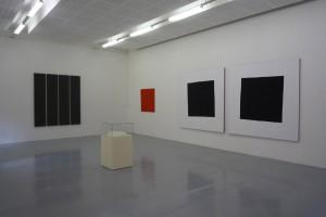 BERNARD AUBERTIN, « Rouge flammes », 1972-1976, acrylique sur papier sur bois, 100 x 100 cm / NICOLAS CHARDON, « Carrés noirs », diptyque, 2006, acrylique sur tissu, chaque partie : 200 x 200 cm / ALAN CHARLTON, « 4 parts painting », 1993, acrylique sur toile, 202,5 x 175,5 cm