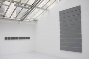 « Team Painting », 1987, acrylique sur toile, 22,5 x 22,5 cm – « 10 parts painting », 2009, acrylique sur toile, 27 x 175,5 cm chaque