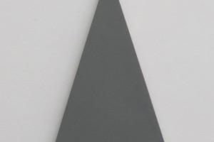 Triangle Painting – 2015, acrylique sur toile, 27 x 45 cm (ht. 42,5 cm)