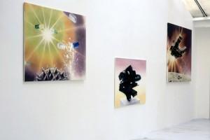 « Effortil, » 2003, huile et laque sur toile, 120 x 160 cm ; « Gommorhox », 2003, huile et laque sur toile, 120 x 160 cm ; « Raumschif », 2002, huile et laque sur toile, 120 x 160 cm