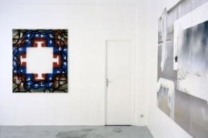 « Mandala n°3 », 2003, huile et laque sur toile, 150 x 130 cm ; « Komposition VII », 2002, acrylique et laque sur toile, 166 x 420 cm