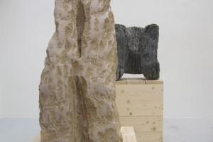 « L'étreinte », 1985, pierre de Massengis, 108 x 53 x 54 cm