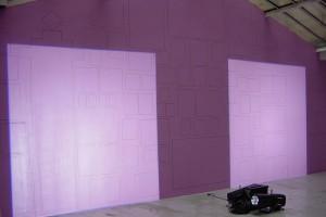 « Découpe de porte – Deux découpes similaires de lumière projetée, côte-à-côte (source au sol) sur le tracé, au mur, d'un accrochage type », 2004, 2 projecteurs à découpe