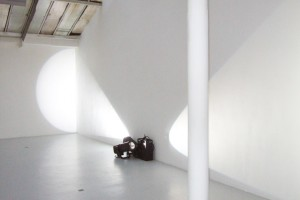 « double projection dos à dos, mi-rasante mi-frontale (sources au sol) », 2007 – exposition « i n d e x », galerie jean brolly, 2007