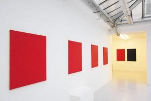 « Simplement rouge » et « Monochrome noir cachant un monochrome rouge #12 », 1999, acrylique sur toile, 120 x 80 cm