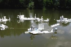 « Parc flottant », 2009 Bois, polystyrènes, bidons, boule à facette. Surface sur l'eau: 45m2, hauteur: 65 cm – « Veilleurs du Monde », Maison des Arts Georges Pompidou, Cajarc