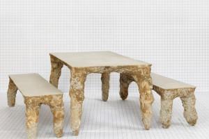« Table 02 (Chelles) », 2011, table en béton coulé dans la terre, 170 x 90 x 75 cm, bancs, 170 x 45 x 50 cm. Prod. Églises de Chelles