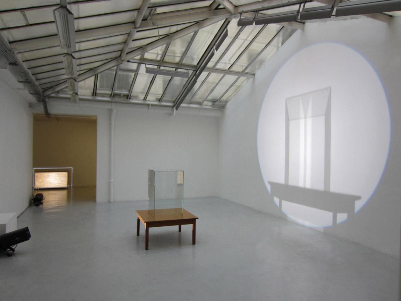 Vanité grand verre sur table basse 2011 projecteur à découpe table vitrine exposition vanités galerie jean brolly