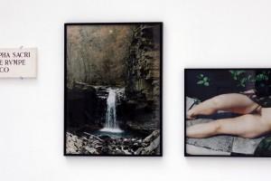 « fontis nympha... », 1998-2005, 2 photographies couleur (74 x 58 cm et 48 x 75 cm), calcaire gravé, 18 x 52 x 2 cm