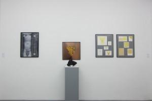 Gette+Toroni, « Empreintes de pinceau n°50 répétées à intervalles réguliers (30 cm) sur Aphrodite », 2008, acrylique sur papier, 72 x 52 cm / « Bacio di Napoli », 1995, lave du Vésuve et photographie, 50 x 50 cm / « Passion du Jaune de Naples (variations) », 1992-95 et « Éloge du Jaune de Naples (Projets) », 1989-91, technique mixte sur papier, 65 x 50 cm