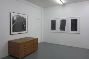 « 3 Suisses » – 1993, photogramme sur photographie noir et blanc argentique, 95 x 95 cm et « Quadrillé plié » – 2011, scanogramme, épreuve pigmentaire, 110 x 71 cm