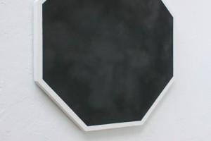 sans titre, 2012, poudre de graphite sur papier marouflé sur bois, 90 x 90 cm – Vue de l'exposition des diplômés de l'École nationale supérieure des beaux-arts – ENSBA, Paris, 2013