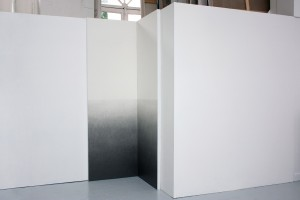 « Sans titre (polyptyque pour ligne d'horizon 2) », 2013, mine graphite sur papier marouflé sur bois, 250 x 85 x 85 cm – Vue de l'exposition des diplômés de l'École nationale supérieure des beaux-arts – ENSBA, Paris, 2013