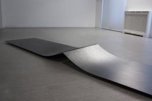 Sans titre, 2014, mine graphite sur papier marouflé sur bois, 60 x 300 x 15 cm – Vue de l'exposition « Ruptures », galerie Arnés y Röpke, Madrid, 2014