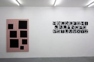 « Scenario », 2014, acrylique sur tissu, 195 x 130 cm et « Alphabet », 2003, acrylique sur tissu, 20 x 20 cm