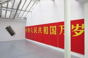 Bernard Aubertin – « Avalanche », 1970, technique mixte, 193 x 65 cm / Bernard Rancillac – « Vive la république populaire de Chine », 1971, polyptyque (9 toiles), 195 x 97 cm
