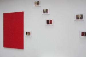 « Monochrome rouge fait à la petite cuillère », 2012, acrylique sur toile, 150 x 100 cm et « Petit Livre Rouge brûlé », 2015, 12 x 18 cm /23 x 28 cm (détail)