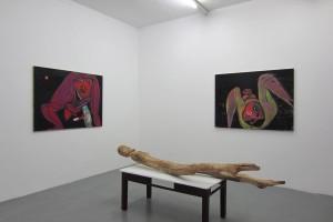 « Autoportrait », 2014, huile sur toile, 97 x 130 cm / « Dedans », 2014, huile sur toile, 97 x 130 cm / « Figure allongée », 2013-2014, bois d'acacia, 78 x 217 x 60 cm