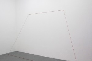 FRED SANDBACK : Untitled – 1976/89 – Fil de laine rouge – 202 x 337 x 70 cm