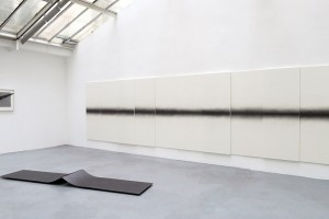 Au mur: Sans titre, 2015 – mine graphite sur papier – 56 x 76 cm / Sans titre (polyptyque), 2015 – mine graphite sur papier marouflé sur bois – 10x 185 x 70 cm