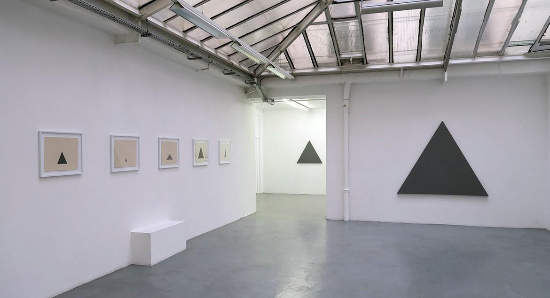Triangle, 2014 – acrylique sur tissu, 37 x 45 cm – triangles: 13,5 x 13,5 cm / 4,5 x 4,5 cm / 9 x 18 cm / 22,5 x 22,5 cm / 9 x 18 cm // Triangle painting, 2015 – acrylique sur toile, 94,5 x 80 cm // Triangle Painting, 2015 – acrylique sur toile, 155 x 180 cm