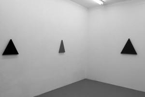 Triangle Painting, 2015 – acrylique sur toile, 36 x 36 cm / Triangle Painting, 2014 – acrylique sur toile, 27 x 45 cm (ht. 42,5 cm) / Triangle Painting, 2015 – acrylique sur toile, 54 x 54 cm