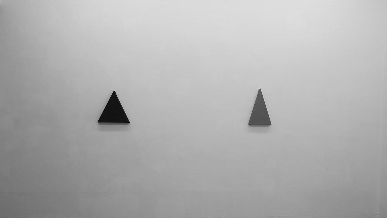 Triangle painting, 2014 – acrylique sur coton, 54 x 54 cm / Triangle painting, 2014 – acrylique sur coton, 27 x 45 cm (ht. 42,5 cm)