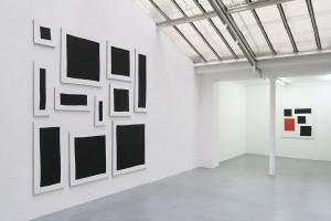 Bloc, 2015, acrylique sur tissu, 11 toiles – total : 290 x 300 cm / Position (rouge), 2015, acrylique sur tissu, 130 x 120 cm