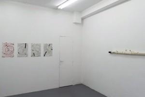 sans titre, 2016, aquarelles sur papier, 36 x 48 cm chaque / Greffe II, 2015, fil de coton, arbre, cylindre en métal, 13 x 150 cm
