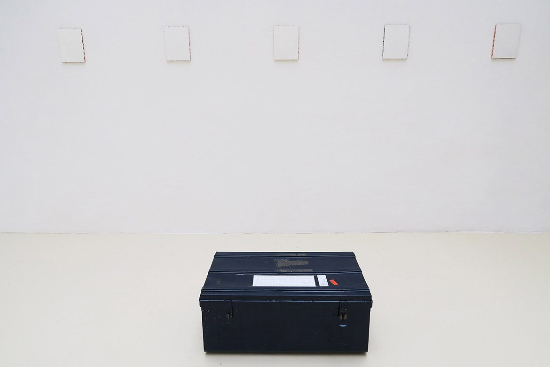 Le feu défunt, 12 mars-5 avril 2002, 94 petits tableaux exécutés à la spatule sur carton à peindre – chaque petit tableau monochrome blanc recouvre un petit tableau monochrome coloré, acrylique sur carton à peindre, 24 x 18 cm chacun