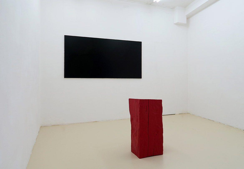 Peinture noire #22, 2000, acrylique sur toile, 100 x 200 cm – Rano, 2011, acrylique sur bois, 74 x 36 x 34 cm