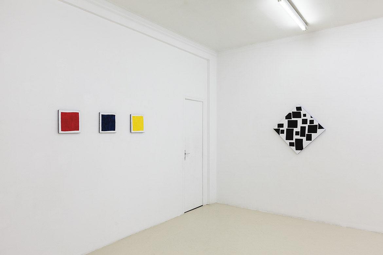 Rouge, bleu, jaune, 2009, acrylique sur tissu, 25 x 25 cm chaque / Les pointes, 2017 – © Jean Nicoué