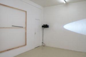 Jaromir Novotný > Untitled, 2017, acrylique sur organza synthétique, et ruban, 200 x 160 cm / Michel Verjux > Poursuite en angle, mi-rasante, mi-frontale (source médiane), 2018, projecteur à découpe