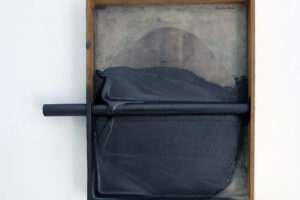 Takesada Matsutani > Soft and Hard-S, 2010 – relief vinylique, crayon graphite, bâton, papier marouflé sur bois, 31,3 x 25,2 cm