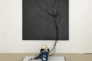 Takesada Matsutani > Stream-87-P, 1987 – relief vinylique, crayon graphite, papier marouflé sur contreplaqué, cordes, bassin en zinc, sac en coton et encre de Chine – 200 x 153 cm (toile)