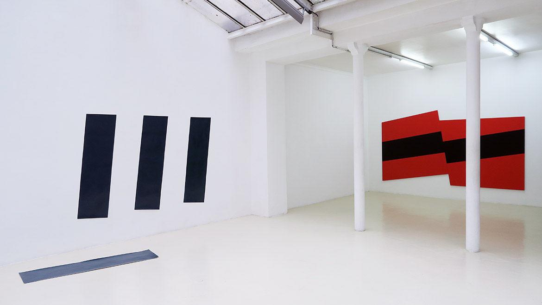 Jan Kämmerling – Plakate, 2018, laque sur papier, dim. variables / Plakat #1, acrylique sur bois, 172 x 315 cm