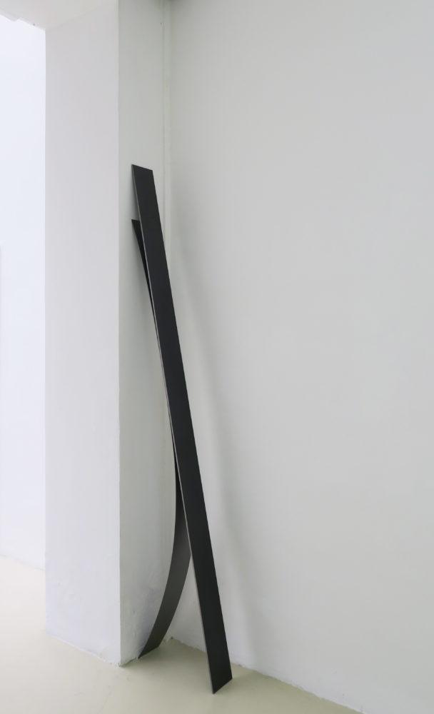 I/U, 2019, acier vernis, 210 x 40 x 12 cm