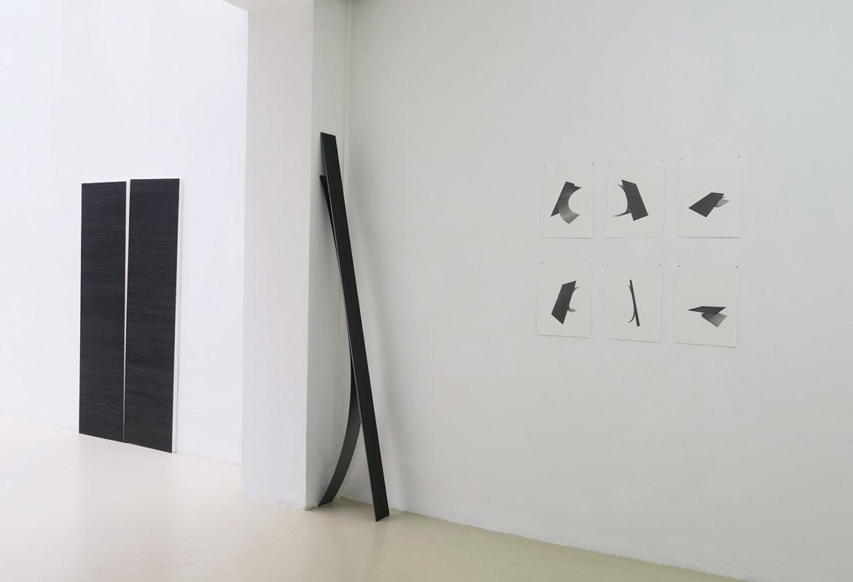 Disjonction, 2019, graphite sur papier marouflé sur bois, 2 x 76 x 56 cm / I/U, 2019, acier vernis, 210 x 40 x 12 cm / Dessins préparatoire I/U, 2019, graphite sur papier, 38 x 28,5 cm