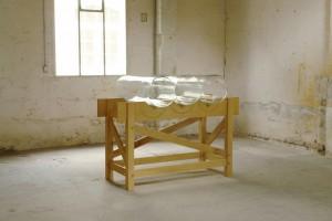 « Verre 01 (Aniche) », 2011 Verre extrait des fenêtres de logements ouvriers de la ville d'Aniche, soufflé en manchons selon la technique de fabrication des vitrages. Verre, bois. 120 x 90 x 120 cm