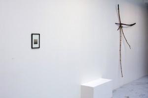 Michael SCHULTZE, sans titre, 2006, collage / Gabriel VORMSTEIN, « Iz-uZ », 2002, bois, adhésifs, peinture, métal, dimensions variables