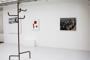 Mathieu MERCIER, « sans titre, 2006, métal et peinture laquée, 240 x 80 x 80 cm / Nicolas CHARDON, « Peinture abstraite », 2004, acrylique sur tissu, 130 x 130 cm ; « Composition 3 formes rouges », 2009, acrylique sur tissu, 73 x 60 cm / Simon BOUDVIN, « Architekton », 2004, C-Print, 76 x 97 cm