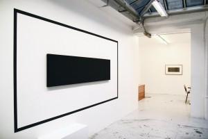 « Outline Painting », 2007, acrylique sur toile et mur, 54 x 216 cm – total : 171 x 393 cm