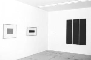 d- « Outline drawing #4 », 2007, acrylique sur toile sur papier et crayon, 31,5 x 31,5 cm – total : 53 x 5 » cm ; « Outline drawing #4 », 2007, acrylique sur toile sur papier et crayon, 31,5 x 31,5 cm – total : 53 x 5 » cm ; « 3 Parts Painting », 1996, acrylique sur toile, 3 toiles : 175,5 x 40,5 cm chacune – total : 175,5 x 130,5 cm