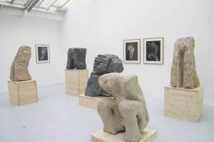 « La peine » – « Figure accroupie » – « Brisure » – « Les doigts », 1980, pierre de Soignies, 80 x 76 x 39 cm – « « L'étreinte »